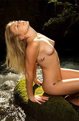 Foxy blonde princess Jayme Knightly wants to show you her...