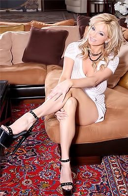 No one loves to spread legs more than Rachel Aziani and this...