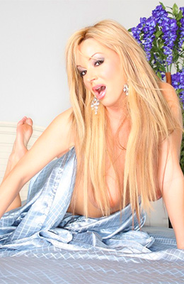 Beautiful blonde woman, Rachel Aziani did not even go out of...