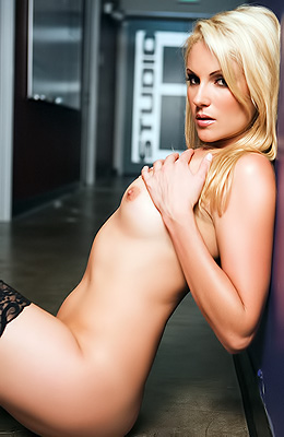 Samantha Ryan has always been one of the classiest blondes...