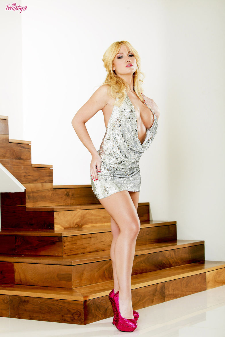 Angela Sommers - Busty hot blonde with nice jaw dropping